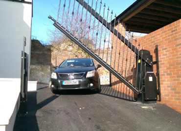Lifting Avant gate system tackles tricky spaces and difficult terrain